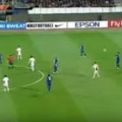 لاعب يسدد الكرة في الكاميرا مرتين