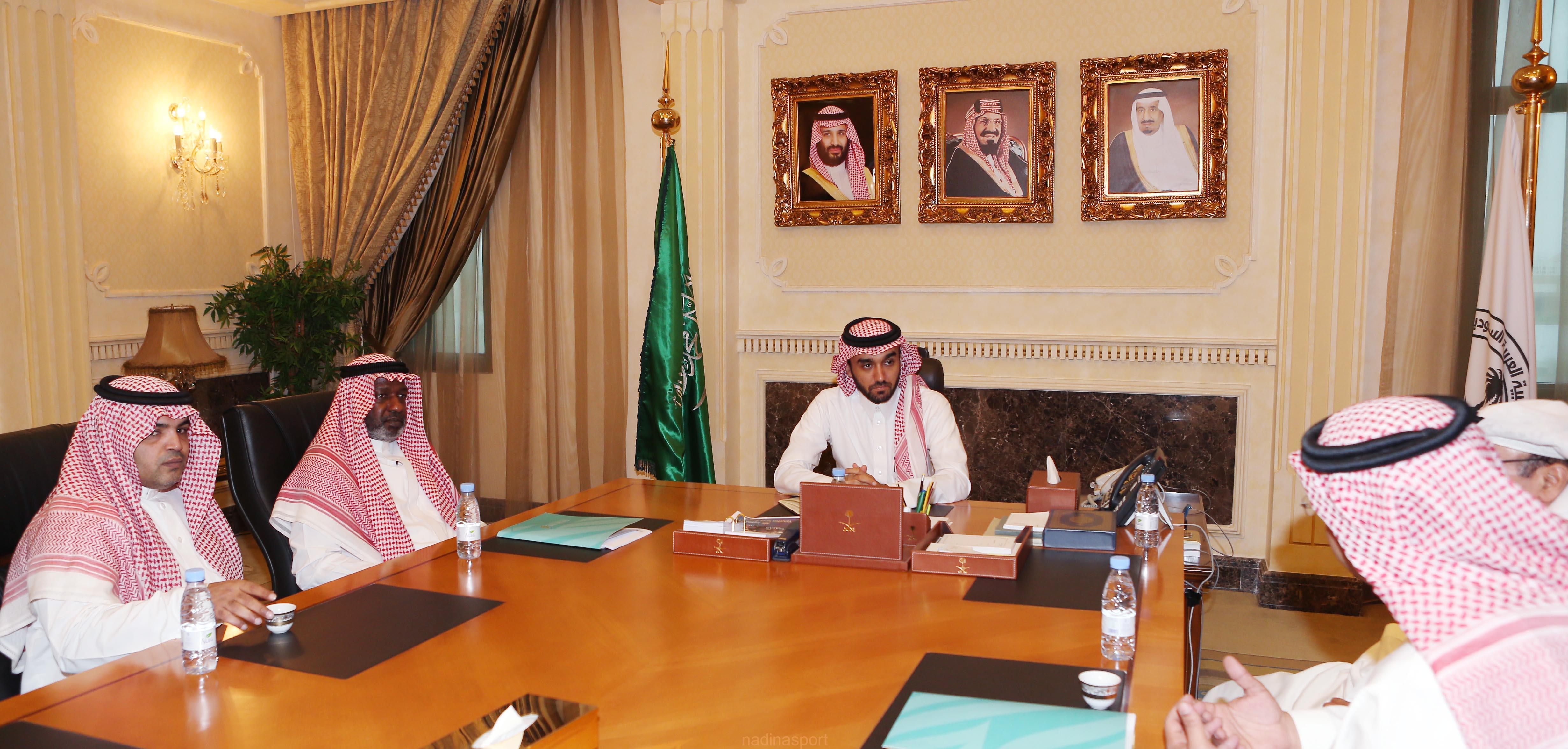 سمو الامير عبدالعزيز بن تركي يستقبل الكابتن ماجد عبدالله