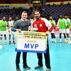 محمد آل سالم يتسلم جائزة أفضل لاعب