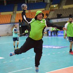 مدير المنتخب محمد القرشي يشارك اللاعبين التدريبات