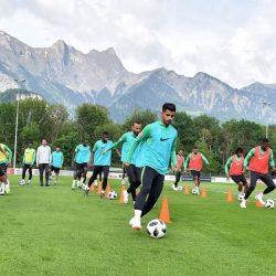 المنتخب السعودي يجري تدريبات مكثفة في الإحماء والتمارين القوية المتنوعة