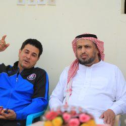 أحد الضيوف مع رئيس النادي
