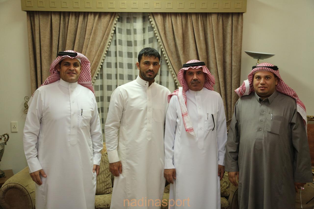 لقطة جماعية مع الزيد خلال زيارته في منزله