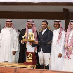 رئيس الاتحاد السعودي للفروسية يتوج الفارس أبوراس بكأس لقدرة والتحمل