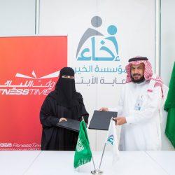 عبدالله الصقهان الرئيس التنفيذي للمؤسسة الخيرية لرعاية الأيتام إخاء والاستاذة حصة الصقري اثناء توقيع العقد