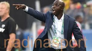 """الفيفا يوقف مدرب نيجيريا السابق بسبب """"التلاعب في نتائج مباريات"""""""