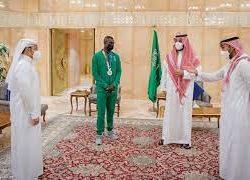 ولي العهد يلتقي رئيسي الاتحادين الدولي والأفريقي