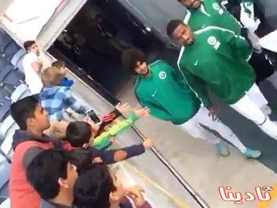 فيديو لناصر الشمراني يشتم أحد المشجعين ويحاول الاعتداء عليه بأستراليا