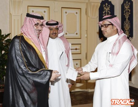 الأمير نواف بن فيصل يكرم مدرب الرماية بالسهام