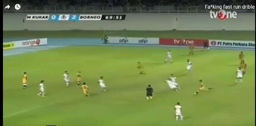 لاعب في الدوري الإندونيسي ينطلق بسرعة مذهلة من منتصف ملعبه ليخطف الكرة ويسجل هدفًا باهرًا