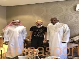 ماجد عبدالله وعدد من اللاعبين يطمئنون على الزيلعي